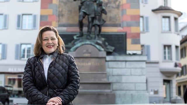 Heidi Z'graggen vor dem Tell-Denkmal in Altdorf.
