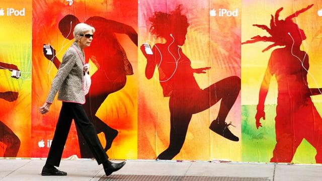 Steve Jobs hält einen iPod hoch.