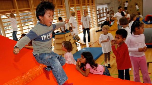 Kinder in Turnhalle