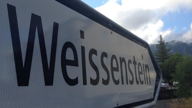 Ortstafel in Langendorf, die auf den Weissenstein zeigt.