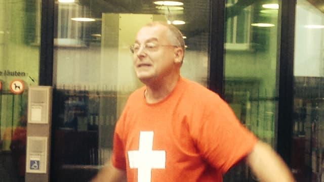 Weber mit Schweizerkreuz-T-Shirt