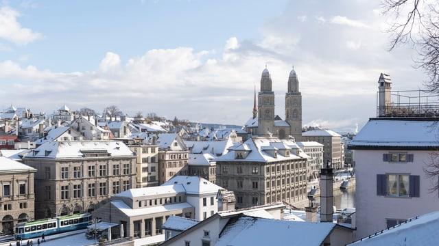 Blick auf das verschneite Grossmünster in Zürich.