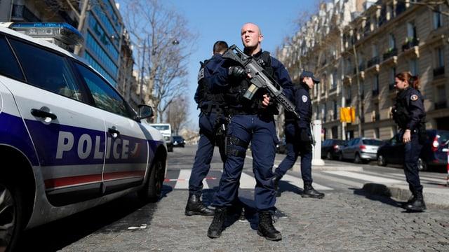 Polizisten und Polizeiauto