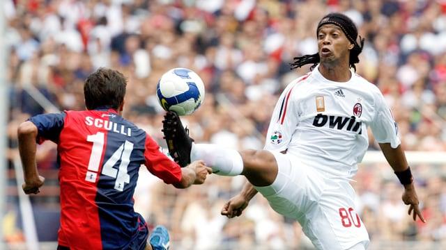 Fussballidol Ronaldinho kämpft um den Ball.