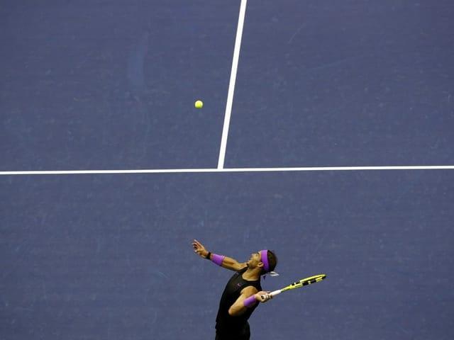 Rafael Nadal schlägt auf.