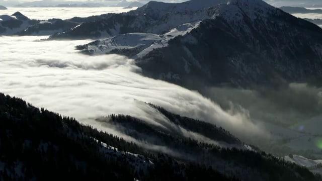 Berge mit einer Wolkendecke.