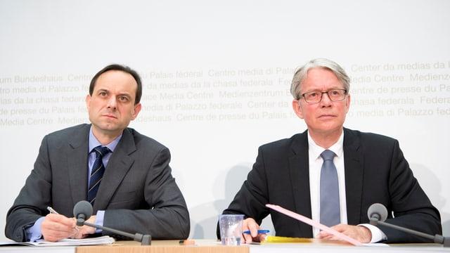 Mark Branson (a sanestra) directur da la FINMA e Thomas Bauer (dretg) il president dal Cussegl d'administraziun da la Finma. ,
