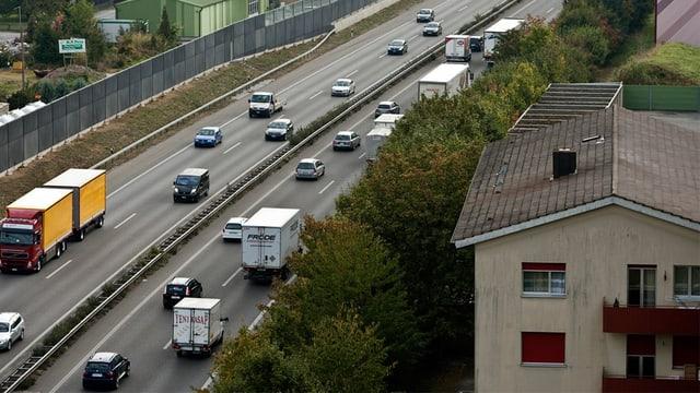 Autobahnstück im Mittelland, das nahe an Wohnbauten vorbeiführt.