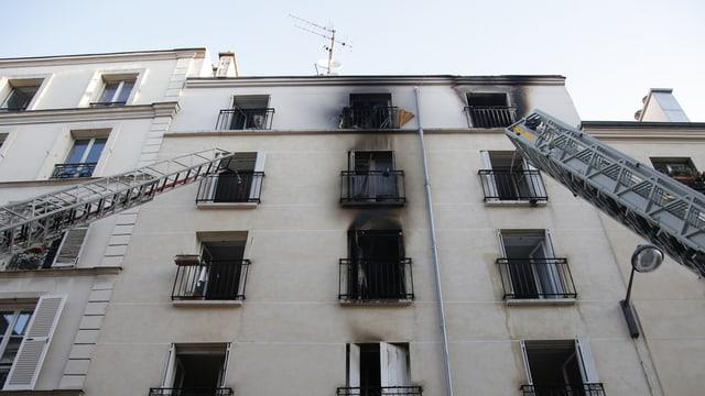 Aussenansicht eines ausgebrannten Wohnhauses in Paris