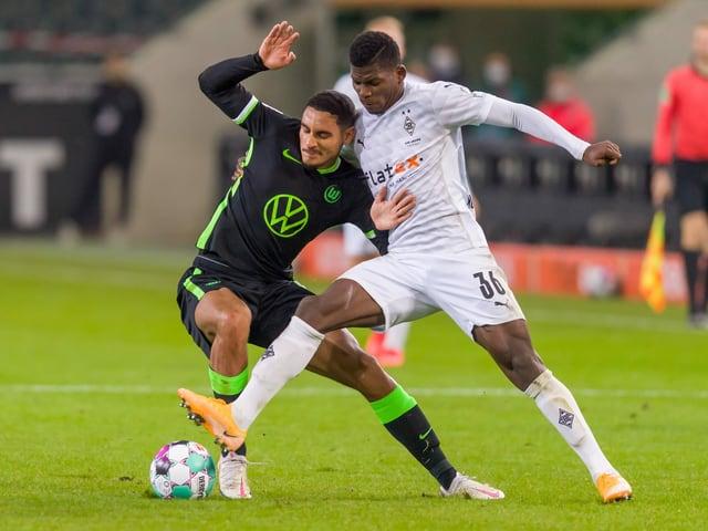 Breel Embolo im Zweikampf mit Wolfsburgs Maxence Lacroix.