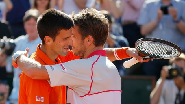Stan Wawrinka und Novak Djokovic umarmen sich.