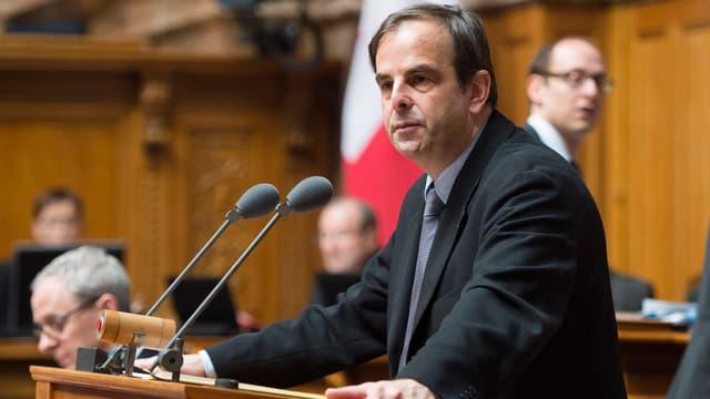 Gerhard Pfister steht am Rednerpult im Parlament.