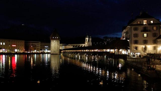 Die Luzerner Kapellbrücke im Dunkeln.