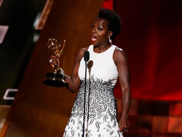 Viola Davis hält ihren eben gewonnenen Emmy in der rechten Hand und spricht ihre Dankesworte ins Mikrophon.