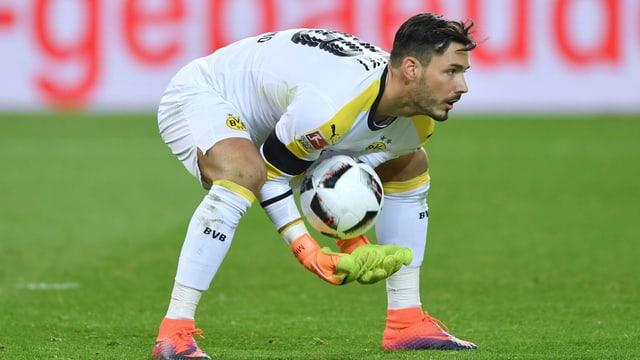 Roman Bürki fängt einen Ball