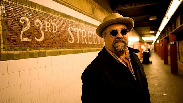 Der Saxophonist Joe Lovano wartet in der Station «
