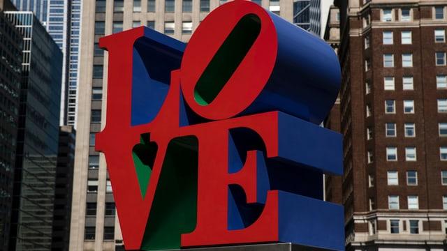 Eine Skulptur aus vier roten Buchstaben L O V E.