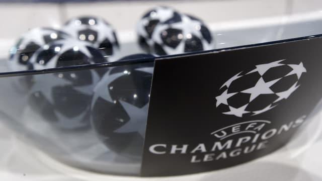 Schale mit Champions League Logo