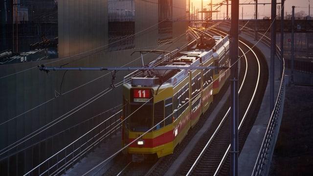 Ein 11-er-Tram unterwegs nach Basel.
