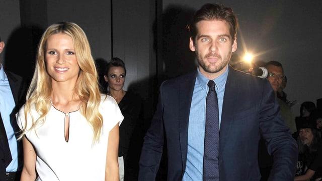 Blonder Frau und Mann im Anzug