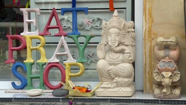 Balinesischer Laden mit Aufschrift Eat, Pray, Love.