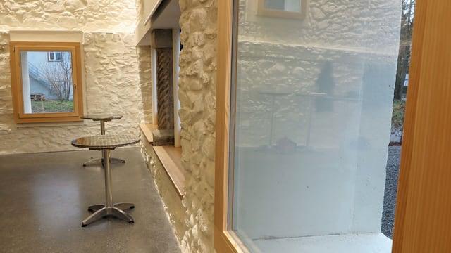 Detailansicht Fensterfront und Wand: Die Fenster sind innen eingebaut, damit man die Dicke der Mauern erkennt