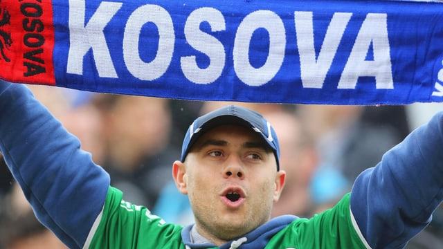 Ein Fan mit einem Kosovo-Schal