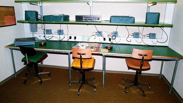 Arbeitsraum in einer unterirdischen Bunkeranlage der Geheimarmee P-26 bei Gstaad: Stühle, Telefone und ein grüner Tisch.