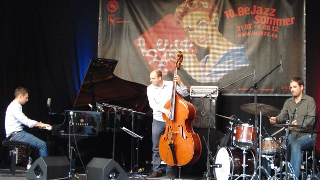Das Trio auf der Bühne.