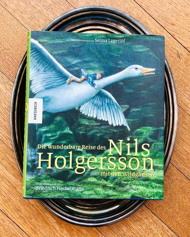 «Die wunderbare Reise des Nils Holgersson» von Selma Lagerlöf liebt auf einem Silbertablett