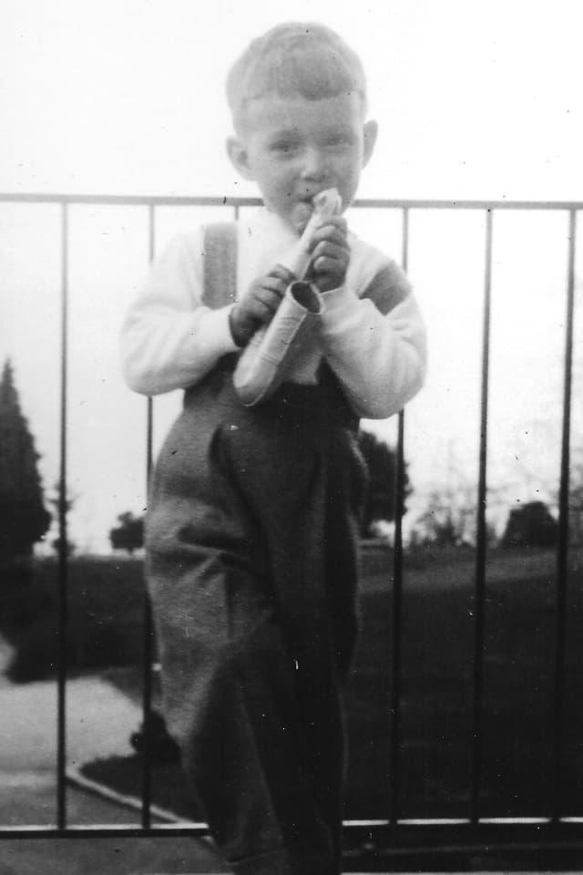 Bruno Syfrig als Kind mit einem Spielzeug-Saxophon in der Hand.