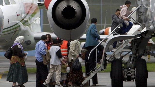 Roma steigen in ein Flugzeug ein, um ausgeschafft zu werden.