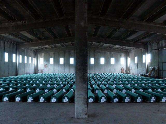 335 Leichen von ermordeten Muslimen werden vor ihrer Beisetzung aufgebahrt
