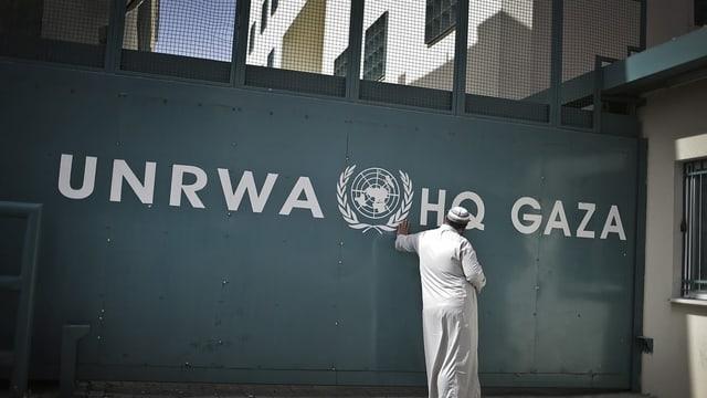 Mann vor UNRWA-Haus im Nahen Osten.