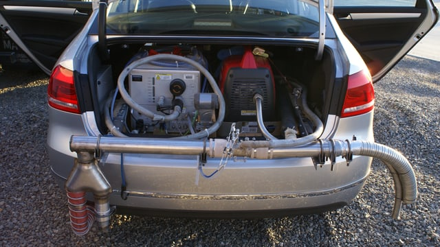 Ein Auto mit zahlreichen Rohren und Geräten.