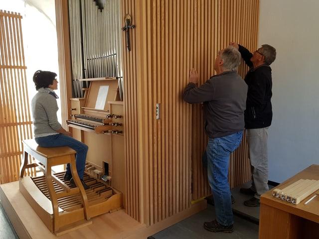 L'organista sesa vid l'orgla nova.