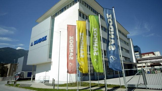 Firmengebäude mit Flaggen «Sandoz».