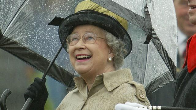 Die Queen unter einem Regenschirm.