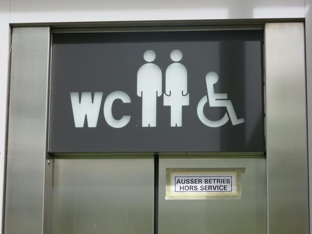 Die Tür zur öffentlichen WC-Anlage ist zu: «Ausser Betrieb» ist angeschrieben.