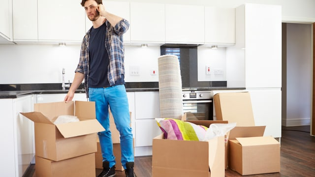 Ein junger Mann ruft die Möbelfirma an