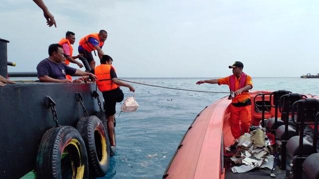 Las autoritads da salvament recupereschan tocca da l'aviun disgrazià ord la mar.