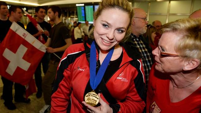 Alina Pätz zeigt stolz ihre Goldmedaille.
