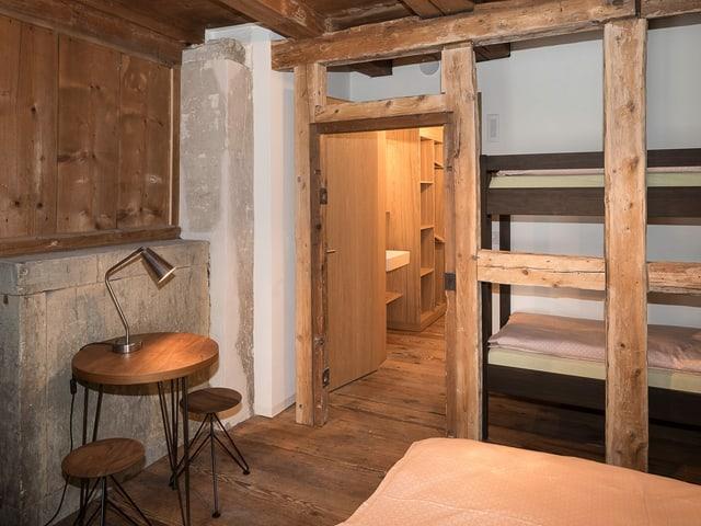 Blick in ein Zimmer, teilweise alte Balken und Mauern, teilweise neue Holzmöbel