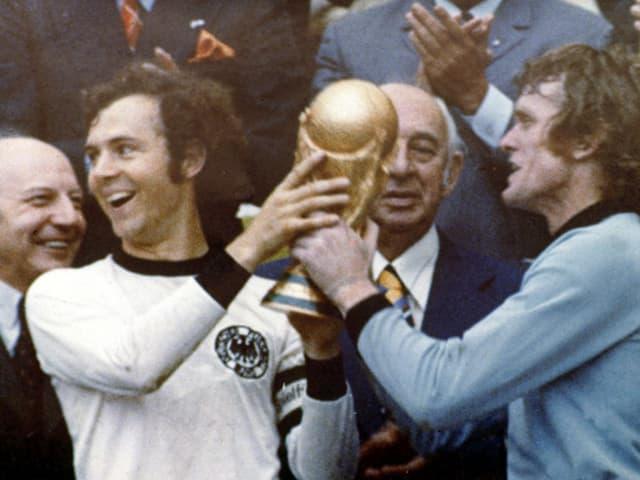 Franz Beckenbauer und Sepp Maier mit dem Weltmeisterpokal 1974.