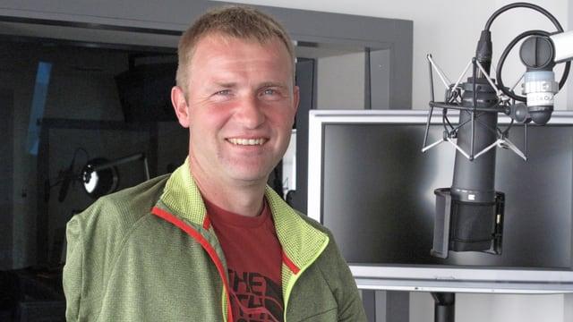 Mann in Radiostudio