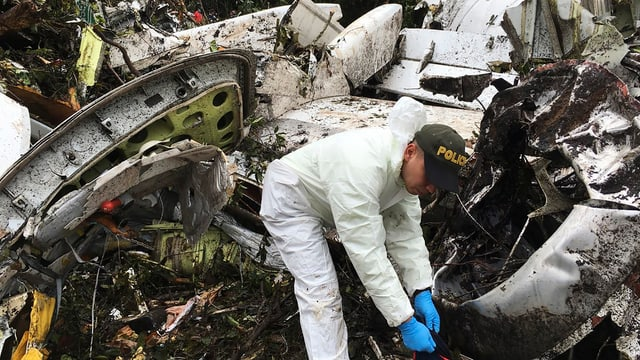 Ein Polizist in den Trümmern des abgestürzten Flugzeugs.
