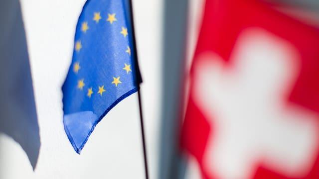 bandiera da la UE davosvart e davantvart quella da la Svizra