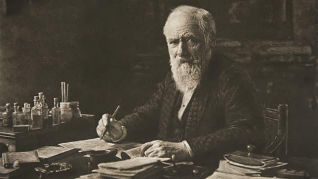 Max von Pettenkofer am Schreibtisch