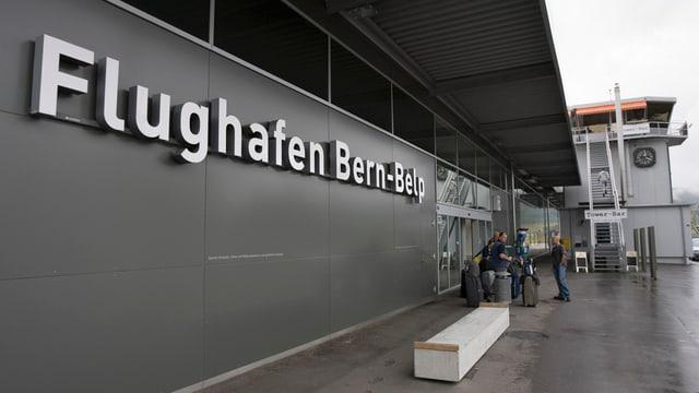 Der Eingangsbereich des Flughafens Bern-Belp mit Passagieren.