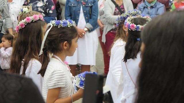 Kinder in Weiss an Umzug.